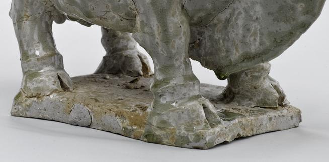 900377北齐相州窑青白瓷神牛高26长31厘米右向腿部.jpg