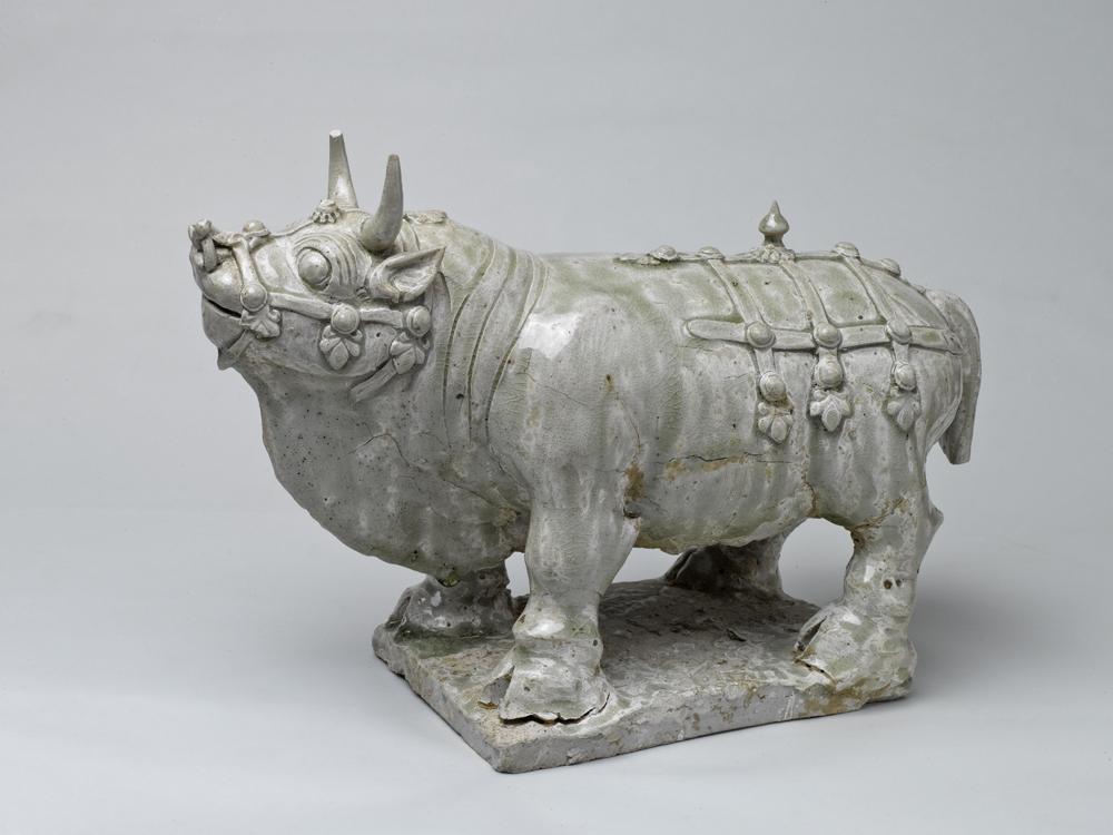 1200368北齐相州窑青白瓷神牛高26长31厘米.jpg