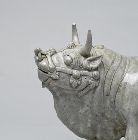 200368北齐相州窑青白瓷神牛高26长31厘米左向头部.jpg